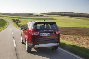 Land-Rover-Discovery-2017-Heckansicht-in-Fahrt