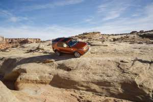 Land-Rover-Discovery-2017-Offroad-Front