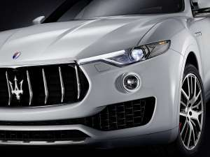 Medium-Maserati-Levante-Detail-Scheinwerfer-Kuehlergrill