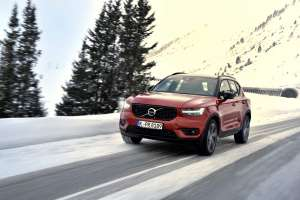 Volvo-XC40-SUV-2018-Exterieur-Frontperspektive-rot
